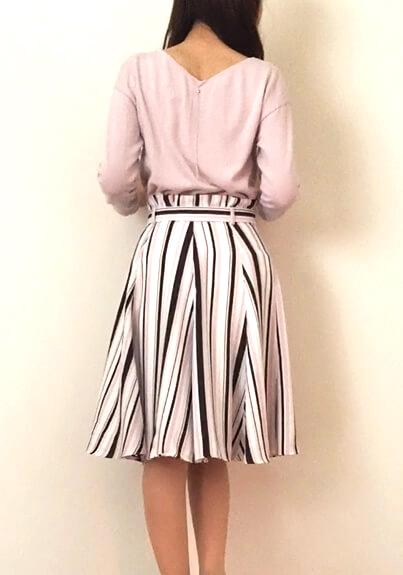 春デート服 ピンクのVネックトップスとストライプフレアスカート
