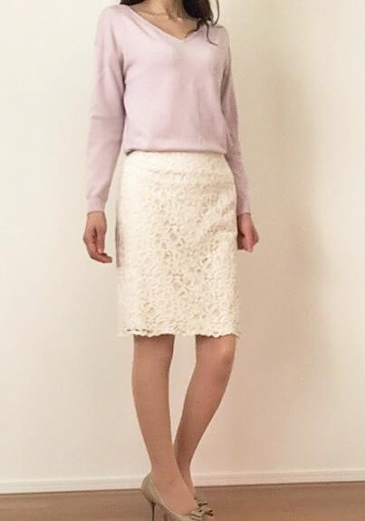 春デート服 アラフォー女性 ピンクのVネックトップスと白タイトスカート