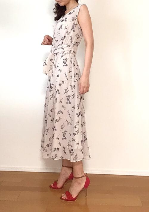30代女性のデート服・上品ワンピース側面