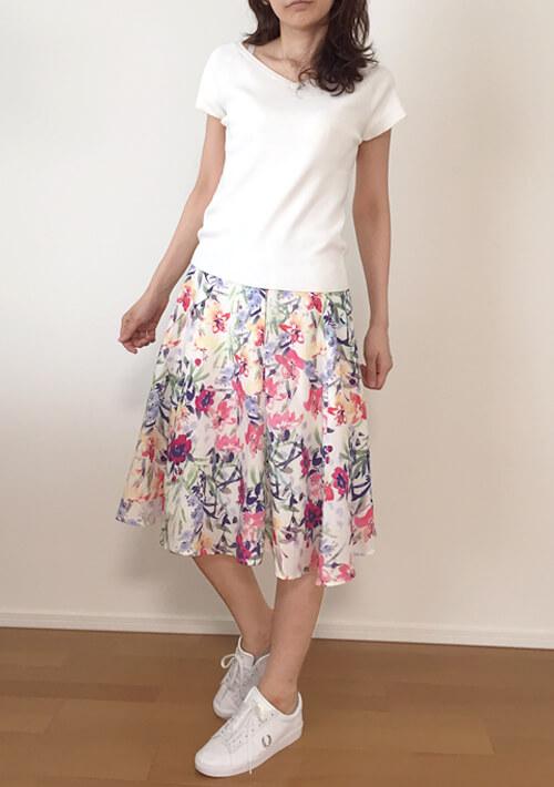 30代女性のデート服・スニーカーとスカート