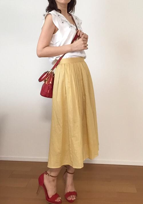 30代女性のデート服・イエローのスカート側面