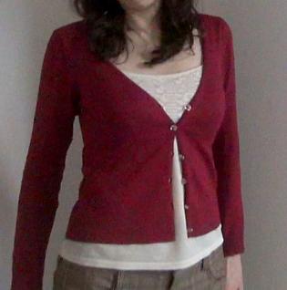 赤いカーディガンのデート服