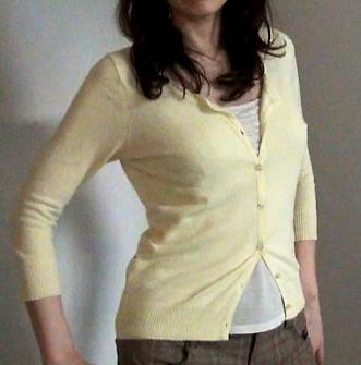 黄色いカーディガンのデート服