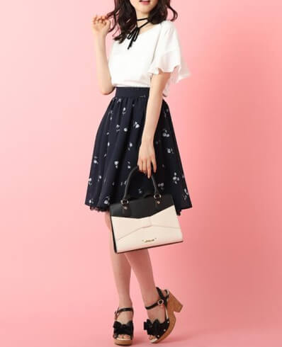 夏デート服、チョーカー付きブラウスと紺色フレアスカート