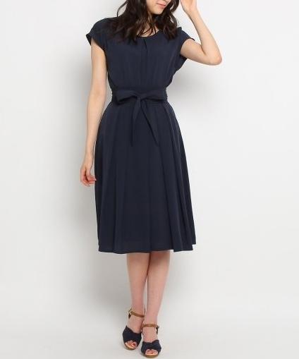 アラフォー夏デート服 紺色ワンピース